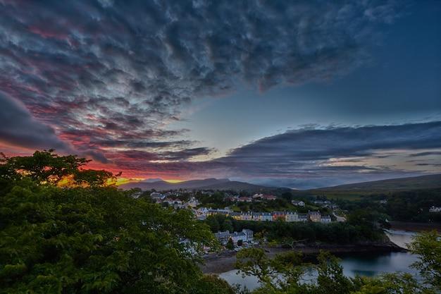 Mening over portree vóór zonsondergang, schotland Premium Foto