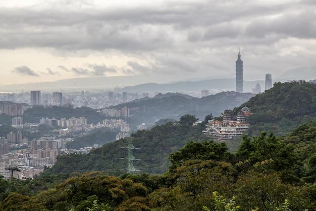 Mening van de aardstad en taipeh 101 van taipeh in taiwan van maokong-berg Premium Foto