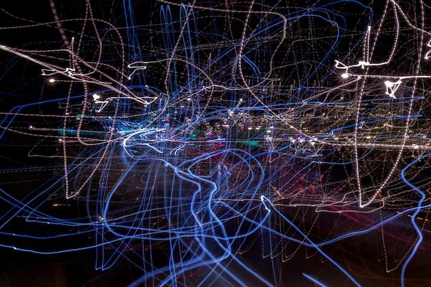 Mening van een abstracte samenstelling van onscherpe lichten op straat door camera te bewegen of te schudden. Premium Foto