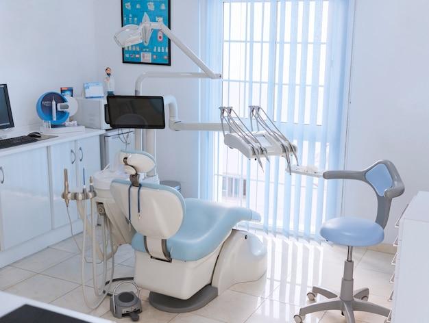Mening van een tandkliniekbinnenland met moderne tandheelkundemateriaal Premium Foto
