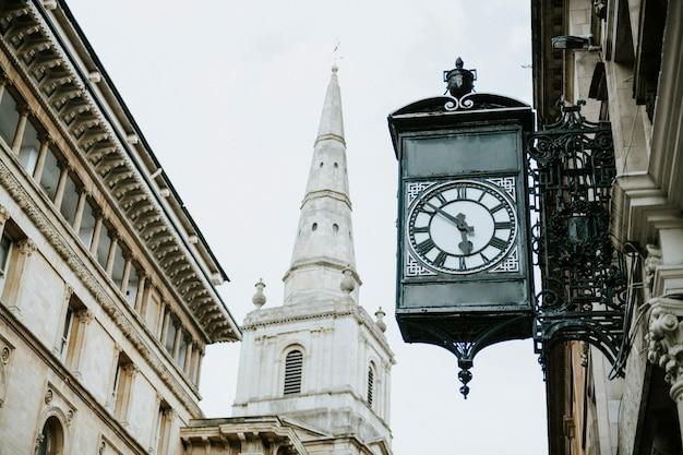 Mening van een traditioneel gebouw in een stadscentrum Gratis Foto
