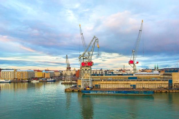 Mening van havenhaven van helsinki met havenkranen, ladingscontainers en schepen in de zomerdag, helsinki, finland. Premium Foto