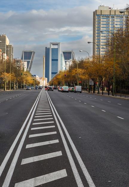 Mening van het financiële en commerciële centrum van castellana avenue in madrid, spanje Premium Foto