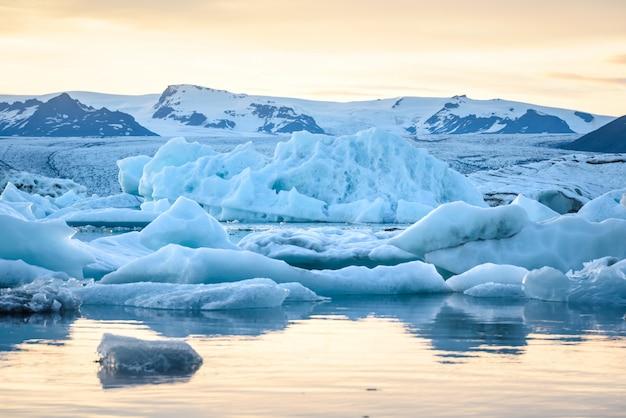Mening van ijsbergen in gletsjerlagune, ijsland, globaal het verwarmen concept Premium Foto