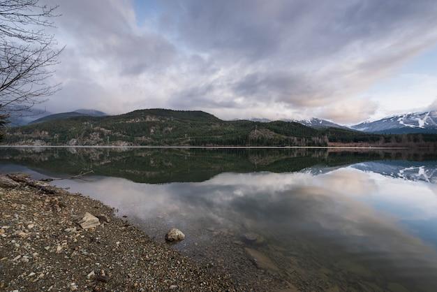 Mening van kalm meer met bergen, fluiter, brits colombia, canada Premium Foto
