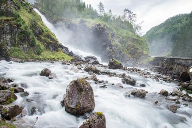 Mening van latefossen-watervallen, odda, noorwegen Premium Foto