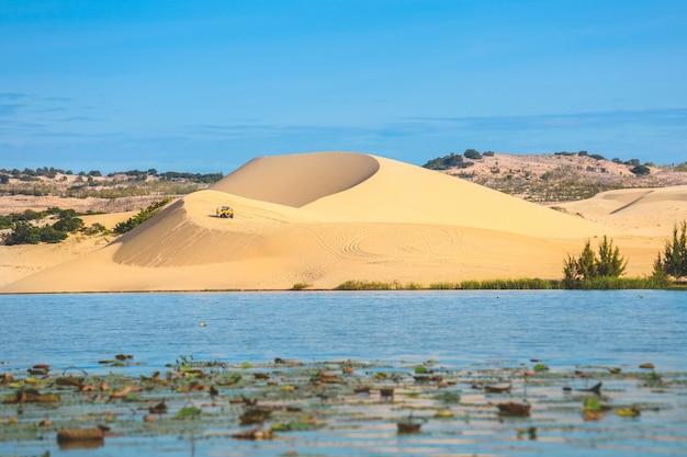 Mening van mooi meer en wit zandduin in mui ne, vietnam Premium Foto