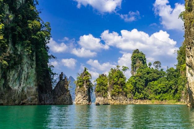 Mening van mooie rotsvorming bij ratchaprapa-dam, of plaatselijk bekend als cheow lan-dam in surat thani, thailand Premium Foto