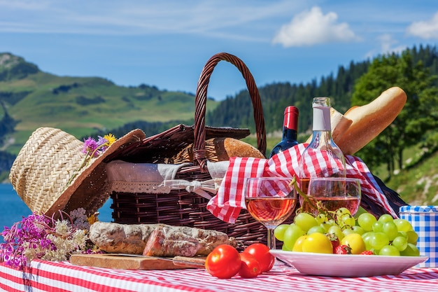 Mening van picknick in franse alpiene bergen met meer Gratis Foto