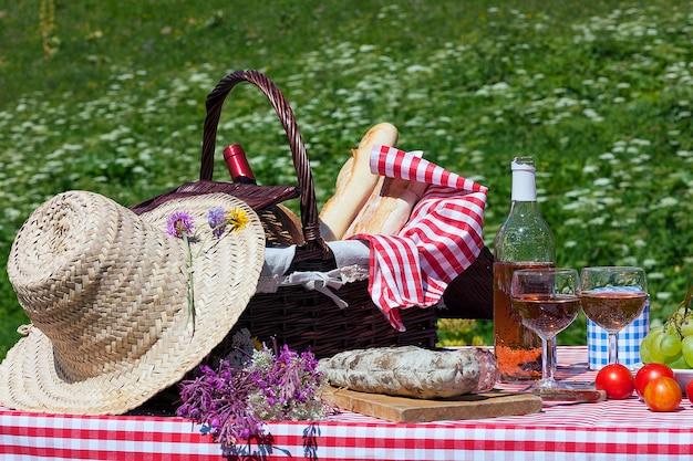 Mening van picknick in franse alpiene bergen Gratis Foto