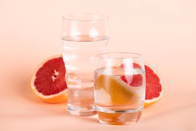 Mening van rode sinaasappel en waterglazen Gratis Foto