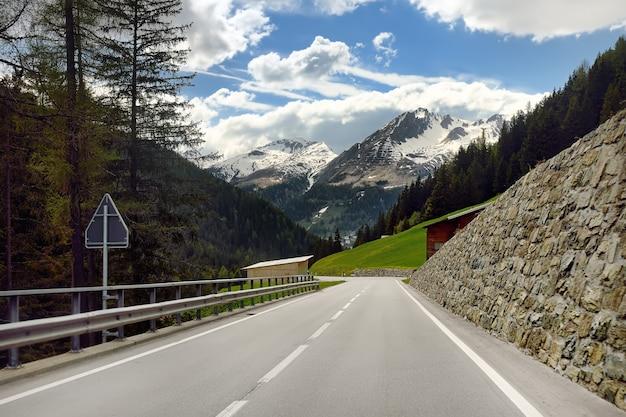 Mening van weg door het zwitserse nationale park in zonnige de lentedag Premium Foto