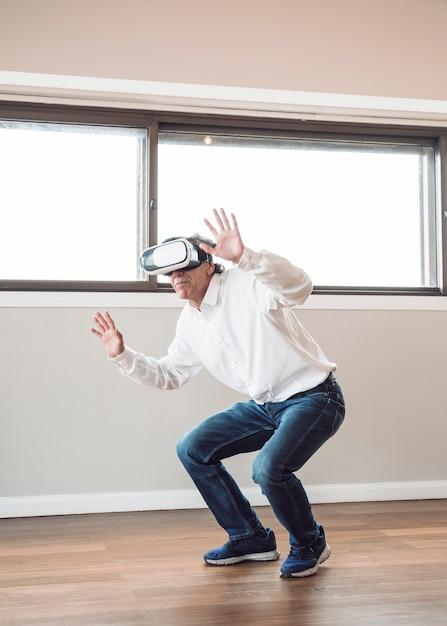 Mens die beweert te raken terwijl het dragen van virtuele werkelijkheidshoofdtelefoon Gratis Foto