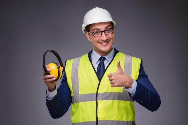 Mens die bouwvakker en bouwvest draagt Premium Foto