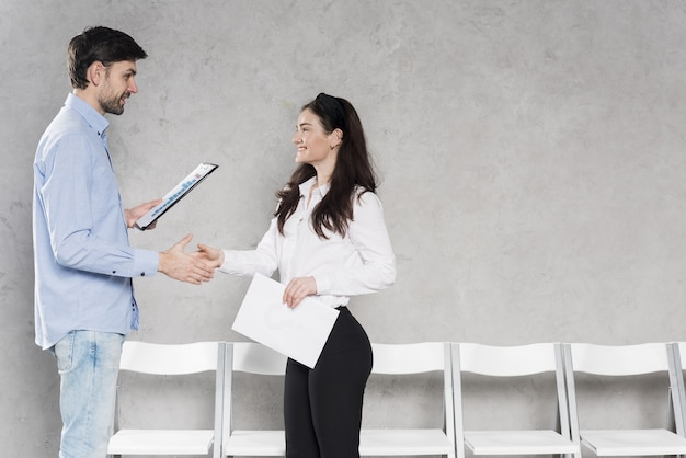Mens die de hand van de potentiële werknemer schudt vóór sollicitatiegesprek Premium Foto