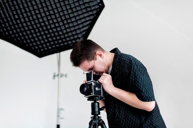 Mens die de studio op het schieten voorbereidt Gratis Foto