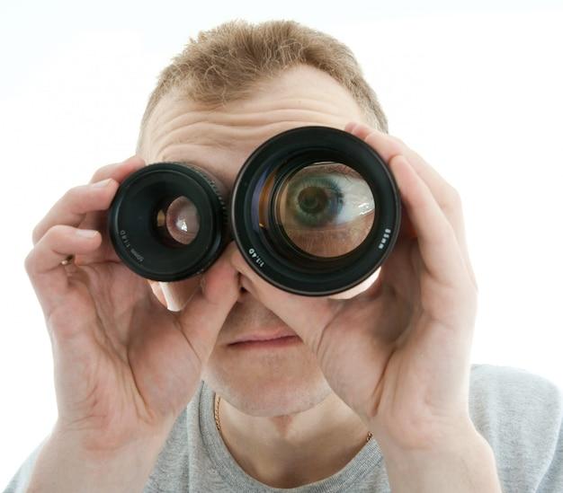 Mens die door een lens kijkt Premium Foto