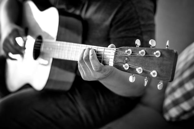 Mens die een akoestische gitaar speelt Gratis Foto