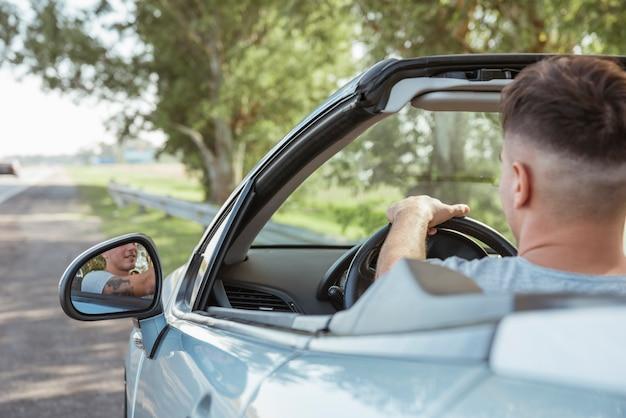 Mens die een auto in aard drijft Gratis Foto