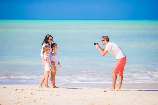 Mens die een foto van zijn familie op het strand neemt Premium Foto
