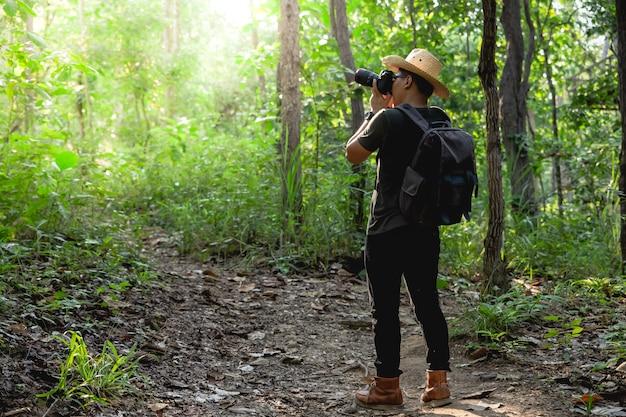 Mens die foto's in bos neemt Premium Foto