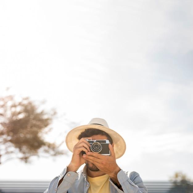 Mens die foto's met exemplaarruimte neemt Gratis Foto