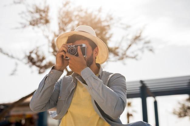 Mens die foto's op een zonnige dag neemt Gratis Foto