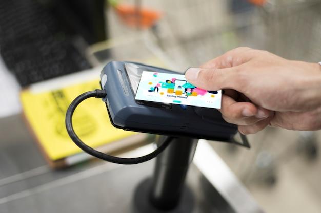 Mens die kaart gebruikt om in winkel te betalen Premium Foto