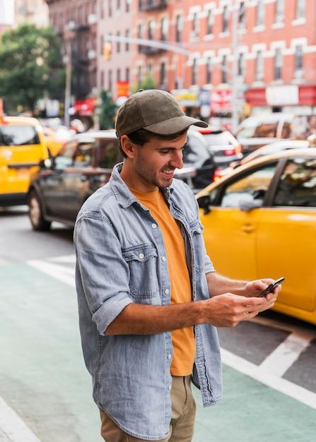 Mens die met glb mobiel bekijkt Gratis Foto