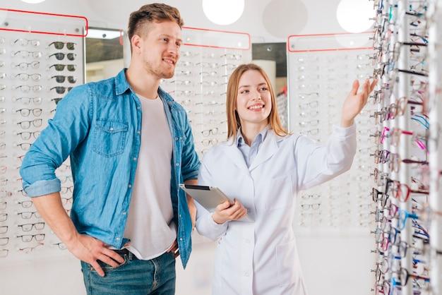Mens die nieuwe glazen zoekt bij optometrist Premium Foto