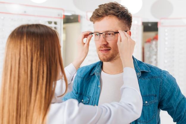 Mens die nieuwe glazen zoekt bij optometrist Gratis Foto