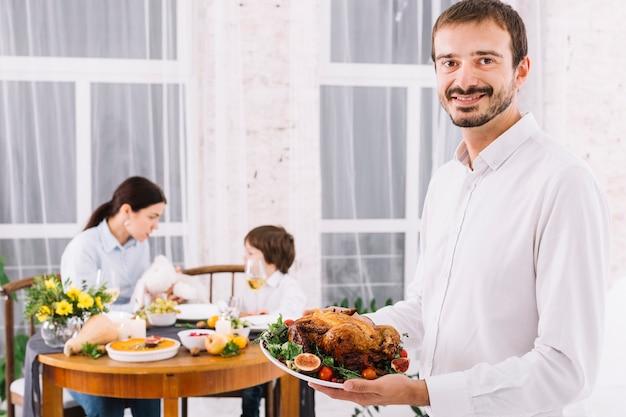 Mens die zich met gebakken kip bevindt Gratis Foto