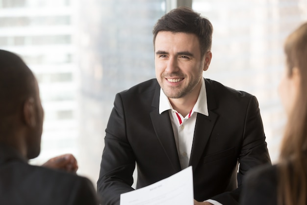 Mens die zich op gesprek met interviewers concentreert Gratis Foto
