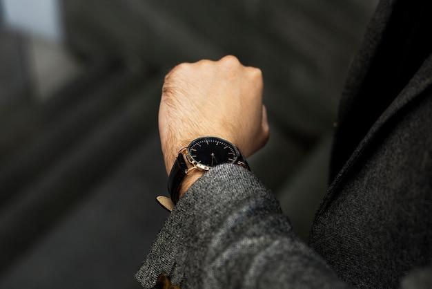 Mens die zijn horloge bekijkt Premium Foto