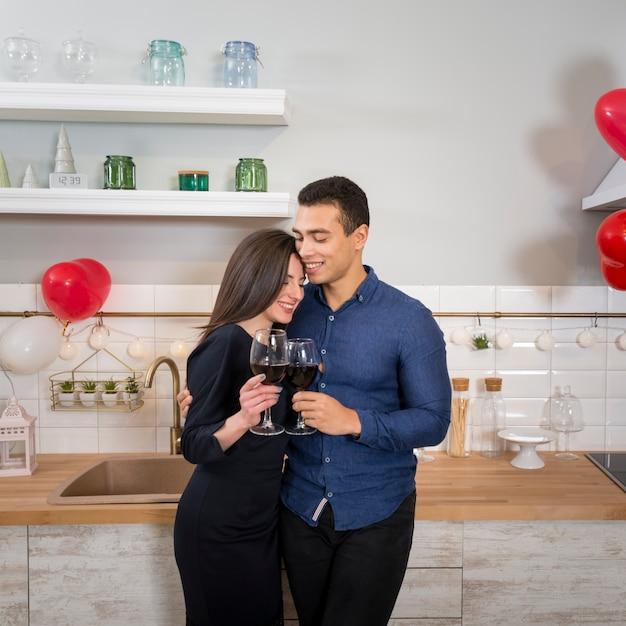 Mens die zijn vriendinnen houdt terwijl het houden van een glas wijn Gratis Foto