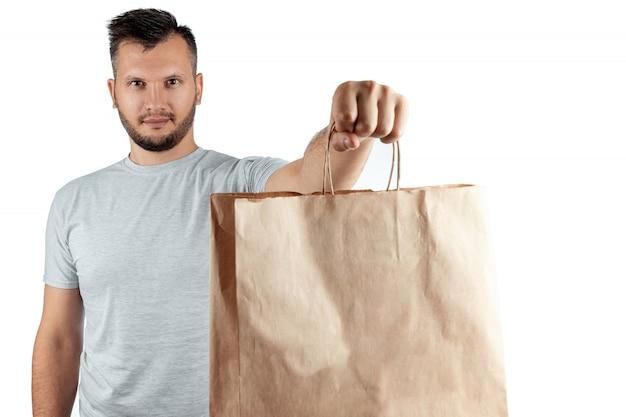 Mens in een heldere t-shirt die een snel voedselorde geeft die op een witte achtergrond wordt geïsoleerd Premium Foto