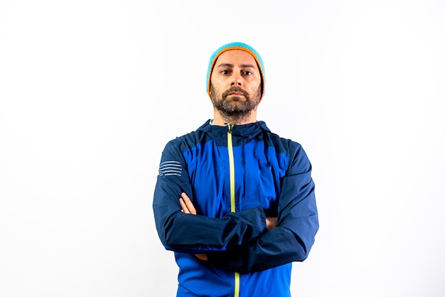 Mens met de wintersportkleding en hoed die op wit wordt geïsoleerd. Premium Foto