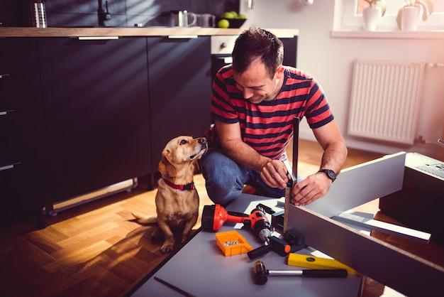 Mens met hond de bouwkeukenkasten Premium Foto