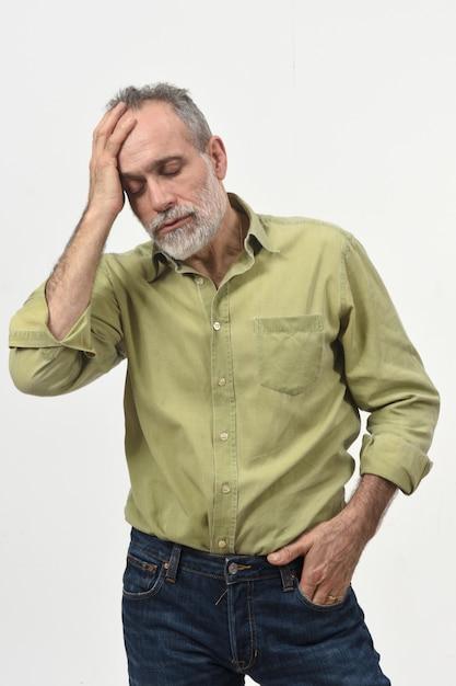 Mens met hoofdpijn op wit Premium Foto