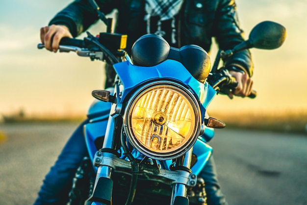 Mens op sportmotorfiets openlucht op de weg Premium Foto