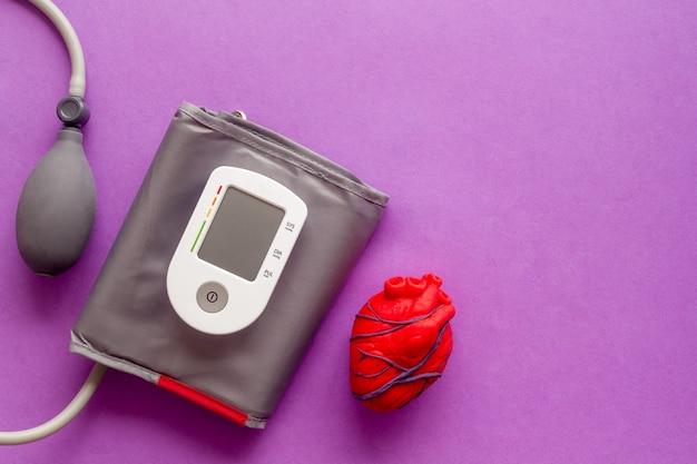 Menselijk anatomisch hart gemaakt van plasticine met tonometer Premium Foto