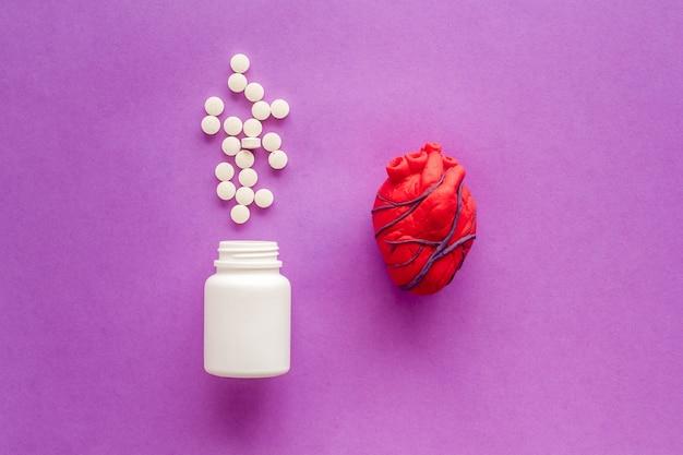 Menselijke anatomische hart gemaakt van plasticine met pillen hartbehandeling Premium Foto