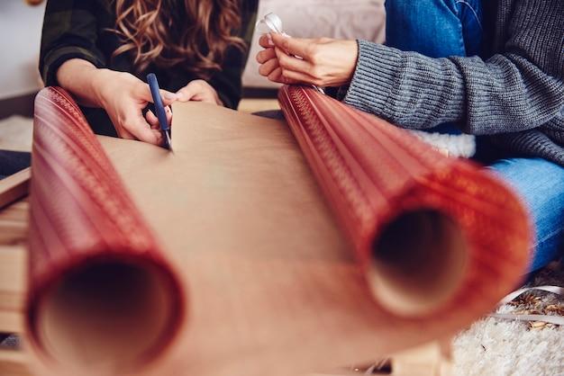 Menselijke hand kerstpapier snijden Gratis Foto