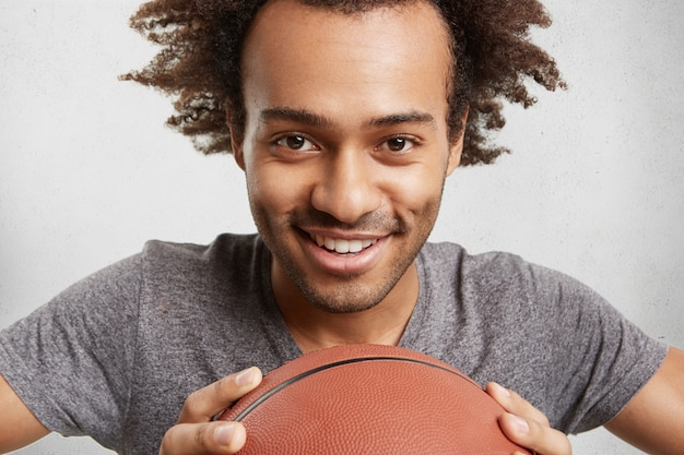 Mensen, actieve levensstijl en sportconcept. vrolijke mannelijke tiener met afro-kapsel Gratis Foto