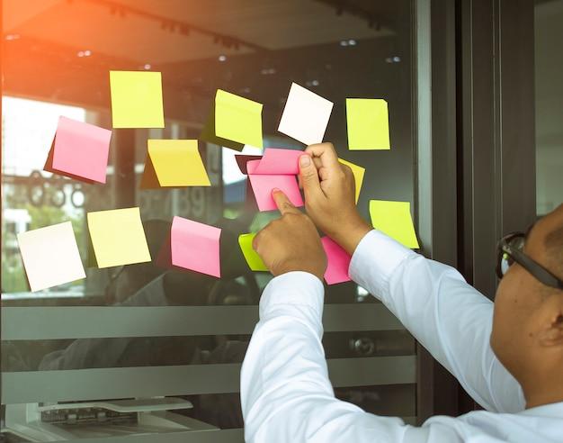 Mensen aziatische carrière zakelijke bijeenkomst op kantoor onscherpe achtergrond notities Premium Foto