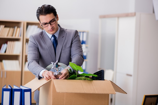 Mensen bewegend bureau met doos en zijn bezittingen Premium Foto