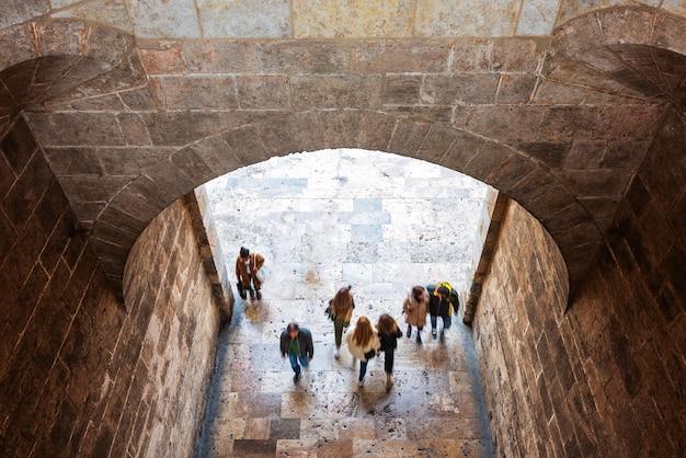 Mensen bij middeleeuwse vesting in valencia Premium Foto