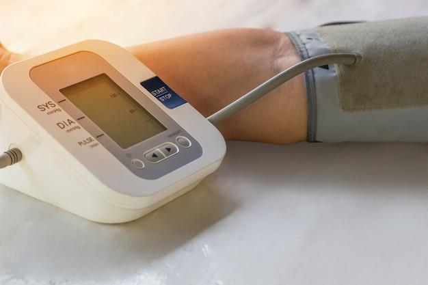 Mensen controleren bloeddrukmeter en hartslagmeter met digitale druk. Premium Foto