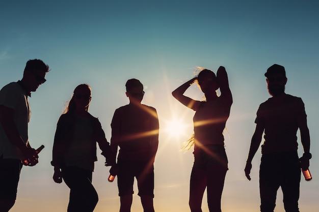 Mensen dansen in de zomer Premium Foto