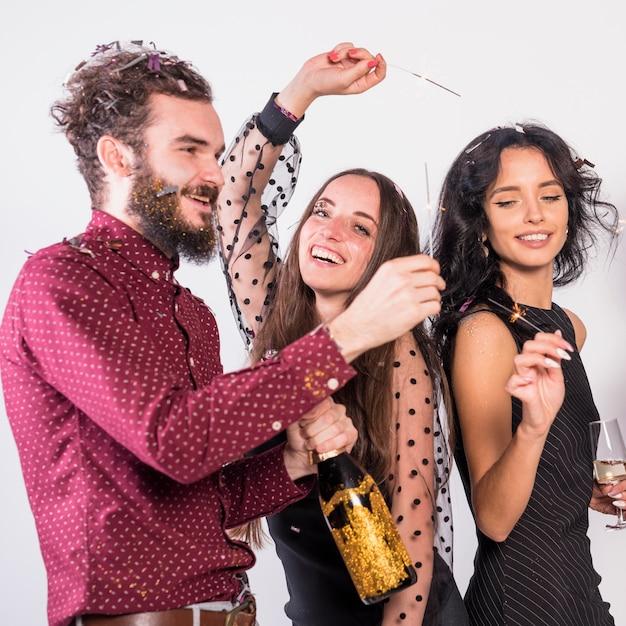 Mensen dansen met wonderkaarsen op feestje Gratis Foto